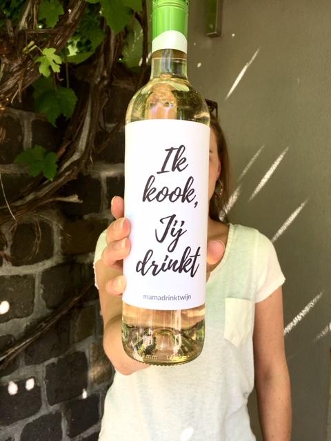 Wijnetiket Jij Drinkt, leuk om je eetgasten mee te verassen van Mama Drinkt Wijn