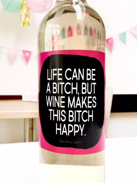 Sticker met quote Life can be a bitch but wine makes this bitch happy
