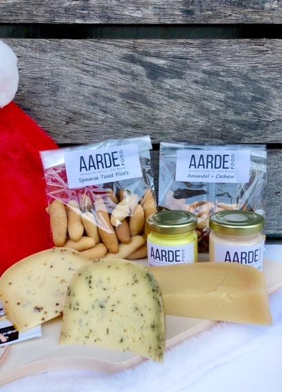 biologische kaas van de westplaat met pico's en dip en nootjes