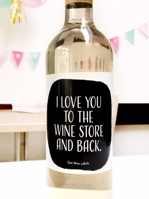 Sticker met quote I Love You to the wine store and back op fles wijn