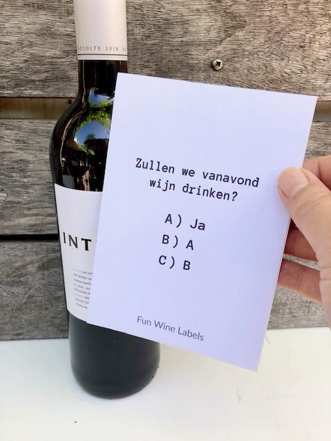 Fles rode Intense wijn met wijnetiket van fun wine labels