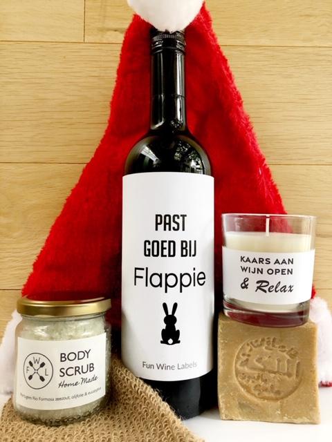 Kerstpakket Relax, fles wijn met lekkere verwennerijen