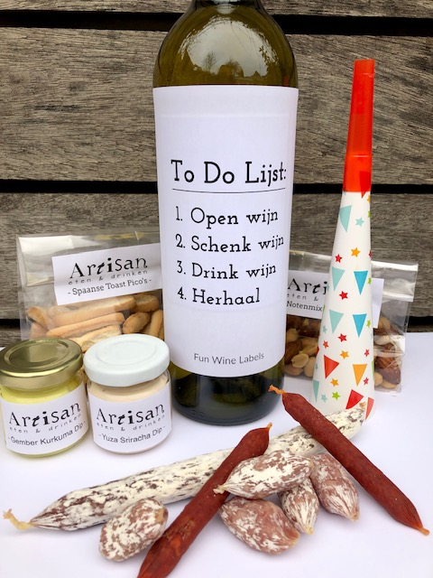 Nieuwjaars Borrelbox bites met worst, pico's en dips, nootjes én wijn met humor